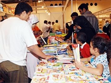 طلاب مدرسة قطرية يزورون معرض الشارقة للكتاب