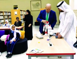 ورشة قراءة تفاعلية بين الروبوت وطلاب المدارس في أبوظبي