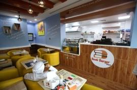مطعم للقراءة يحفز الشباب على المعرفة