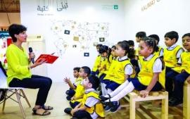 خلال جلسة قرائية عقدت بجناح «كلمات» فاطمة شرف الدين تتفاعل قرائياً مع الأطفال